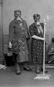 Oslo kommunale luftverns brannslukkingskurs for kvinner, 1940. Foto: Rigmor Dahl Delphin